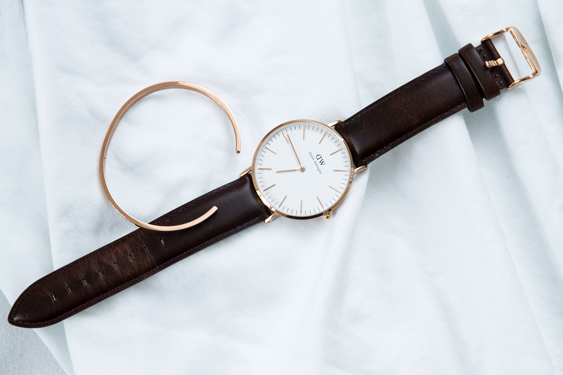 Daniel Wellington classic watch rose gold bed white linen Blog post on Lifetime-pieces.com