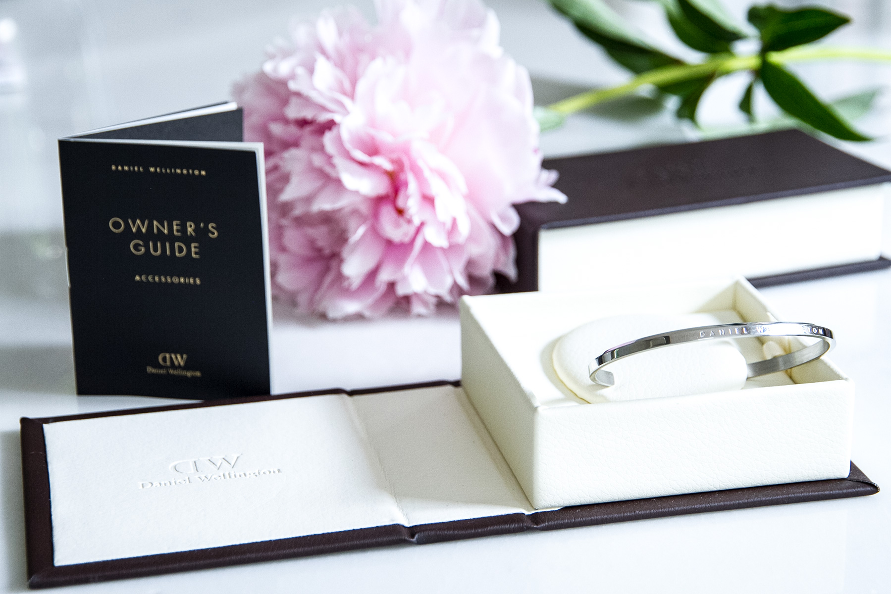 Daniel Wellington cuff silver in gift box Blog post on Lifetime-pieces.com
