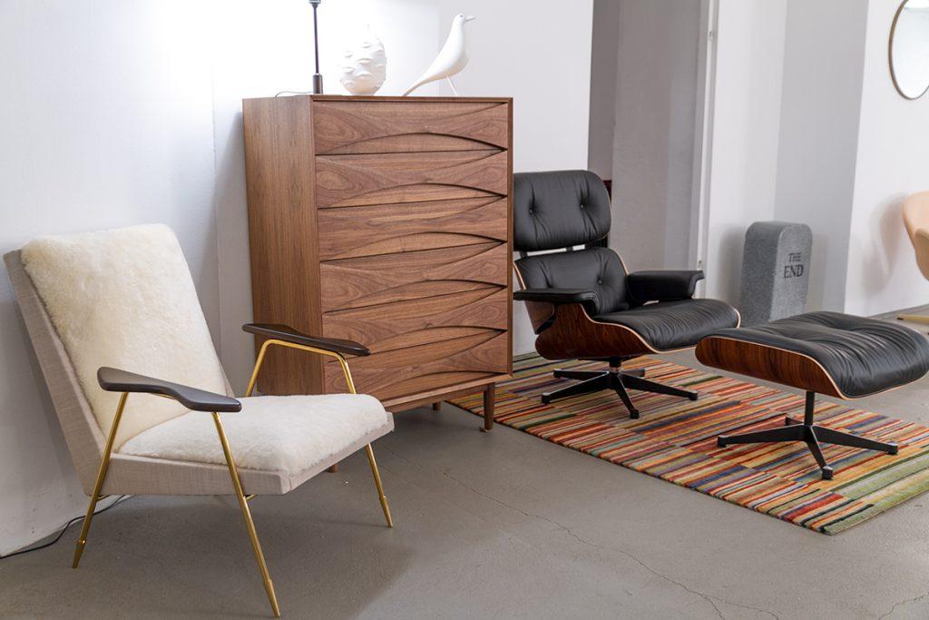 Designklassiker bei Markanto, Vitra Eames Lounge Chair, Jonathan Adler Ingmar Lounge Chair, Triennale Kommode Tall Boy von Arne Vodder, Vitra Eames House Bird