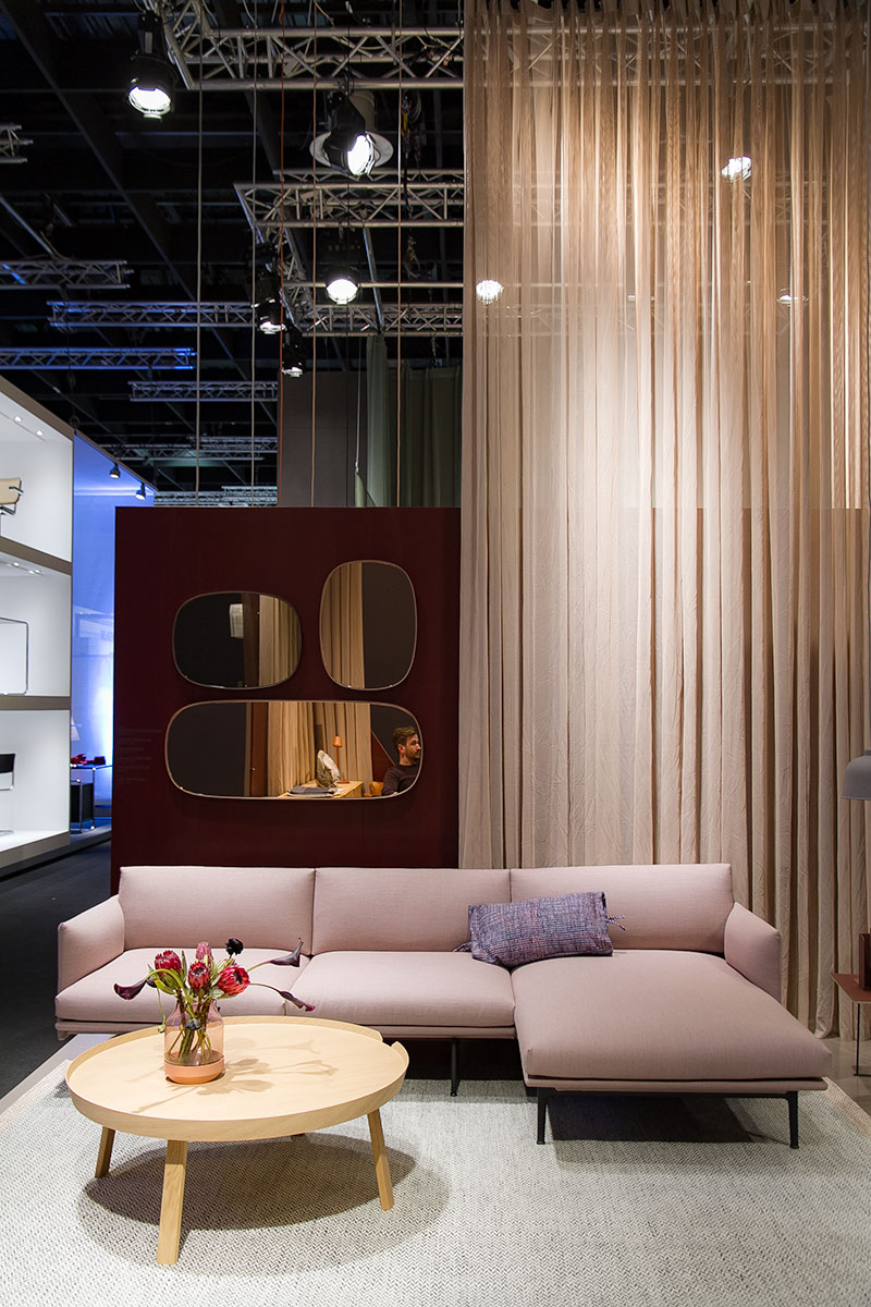 Outline Sofa, pink, wooden side table, framed mirror, exhibitor Muuto, imm cologne fair 2018, blog post lifetime-pieces.com