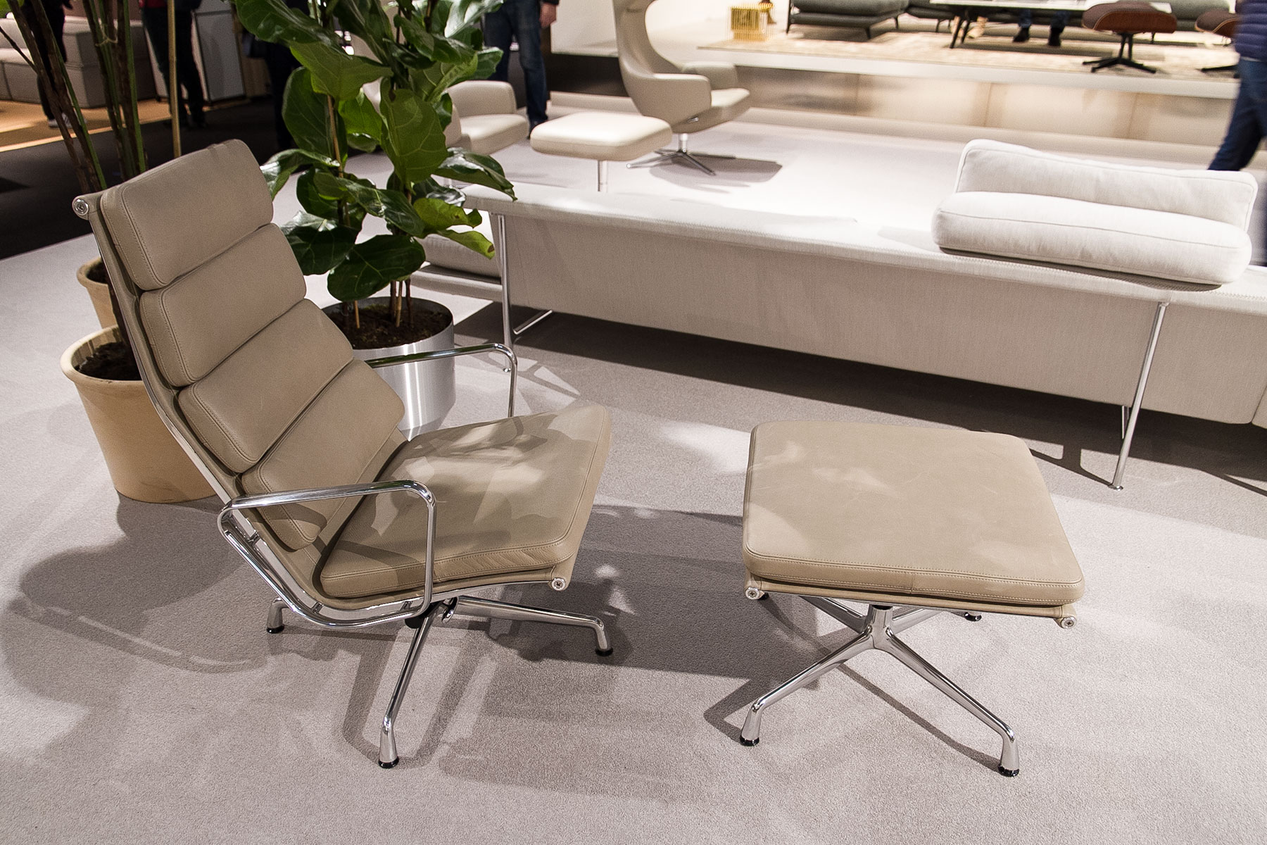 Soft Pad Chair EA 215/216 by Charles & Ray Eames, beige, stand exhibitor Vitra at imm cologne fair 2018, blog post lifetime-pieces.com