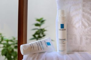 Bath, white towels, La Roche-Posay Serum and Cream, blog post about long-haul flights on Lifetime-pieces.com