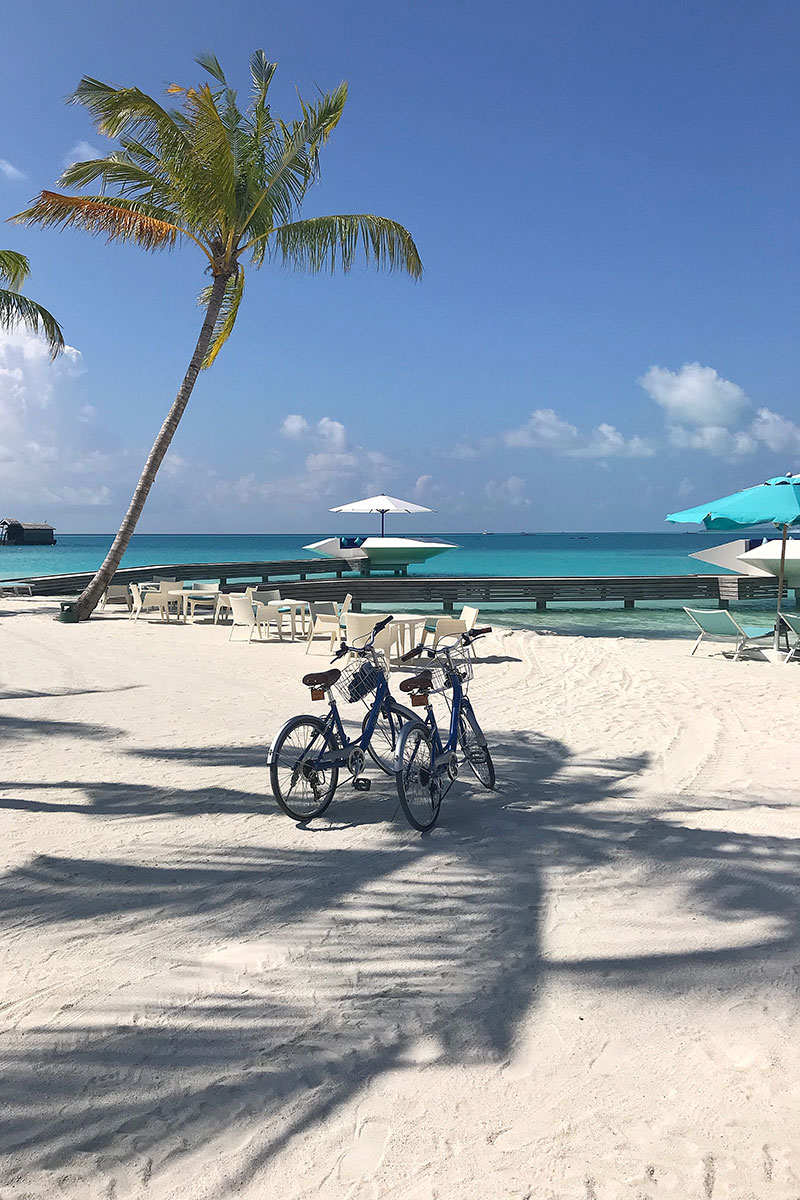 Kandima, palms, sand, bicycles, seats, blue sky, Indian ocean, sea, palms, blog post about Maldives on lifetime-pieces.com