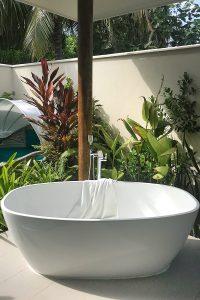 Kandima, open air bathroom, bath tube, palms, blog post about Maldives on lifetime-pieces.com