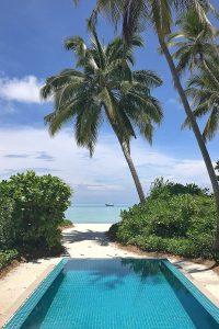 Kandima, pool, beach, sea, Indian ocean, palms, white sand, blue sky, blog post about Maldives on lifetime-pieces.com