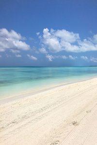 Kandima, white sand, sea, Indian ocean, blue sky, white clouds, blog post about Maldives on lifetime-pieces.com