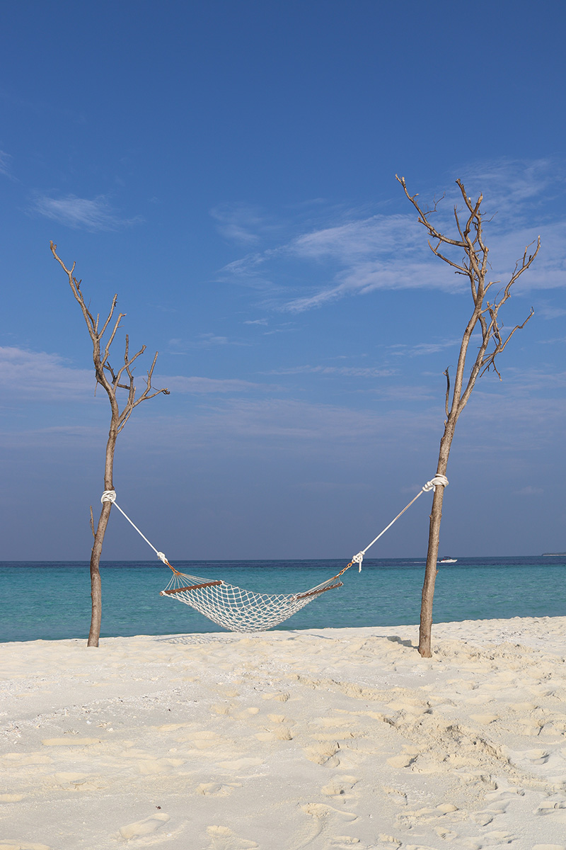 Fushifaru, sandbank, sand, hammock, hanging between two trees, Indian Ocean, sea, sky, blog post about Maldives on lifetime-pieces.com