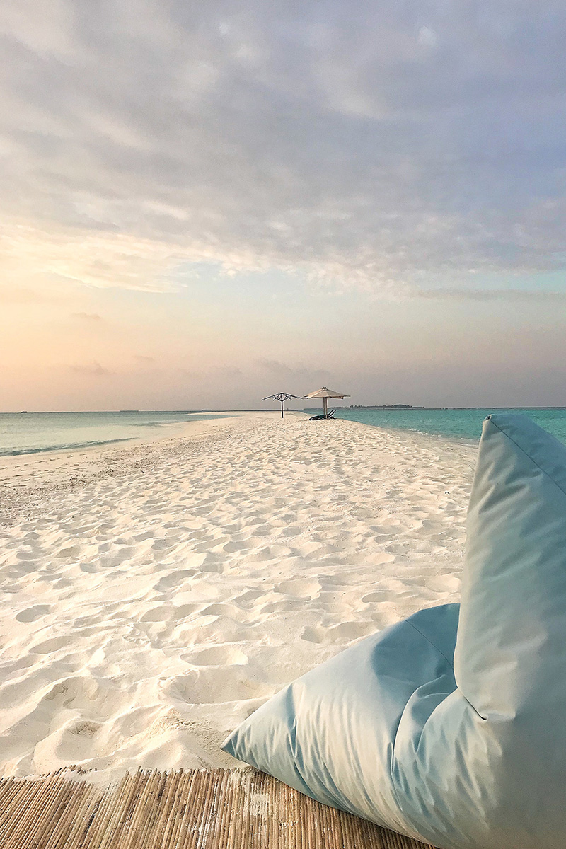 Fushifaru, sandbaFushifaru, sandbank, sand, hanging beanbag, Sunset, Indian Ocean, sea, sky, blog post about Maldives on lifetime-pieces.comnk, sand, hammock, hanging between two trees, Indian Ocean, sea, sky, blog post about Maldives on lifetime-pieces.com