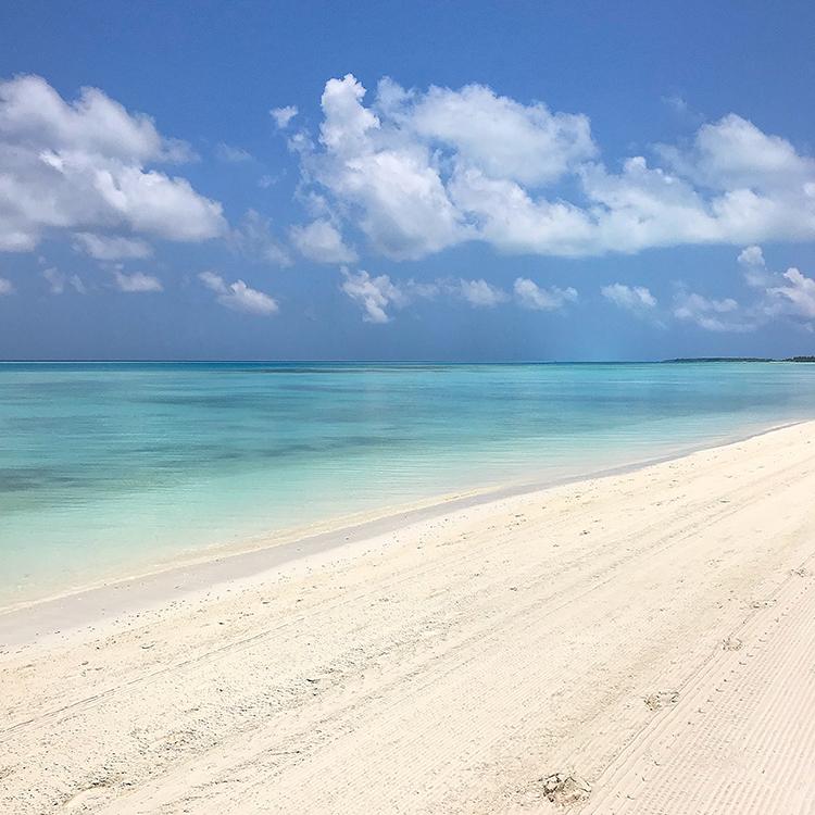 Beach, white sand, sea, Indian ocean, blue sky, blog post about Maldives on lifetime-pieces.com