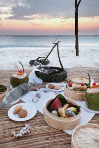 Fushifaru, sandbank, picnic, food, coconuts, fruits, beach, sand, water, Indian Ocean, sea, sky, blog post about Maldives on lifetime-pieces.com