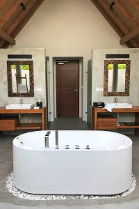 Fushifaru, open-air bathroom, white bathtub, sinks, mirrors, door, blog post about Maldives on lifetime-pieces.com