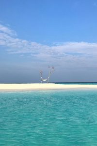 Fushifaru, sandbank, sand, hammock hanging between two trees, Indian Ocean, sea, blue sky, white clouds, blog post about Maldives on lifetime-pieces.com