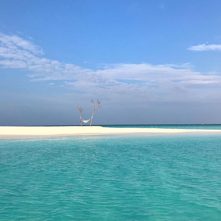 Fushifaru, sandbank, sand, hammock hanging between two trees, Indian Ocean, sea, blue sky, white clouds, blog post about Maldives on lifetime-pieces.com