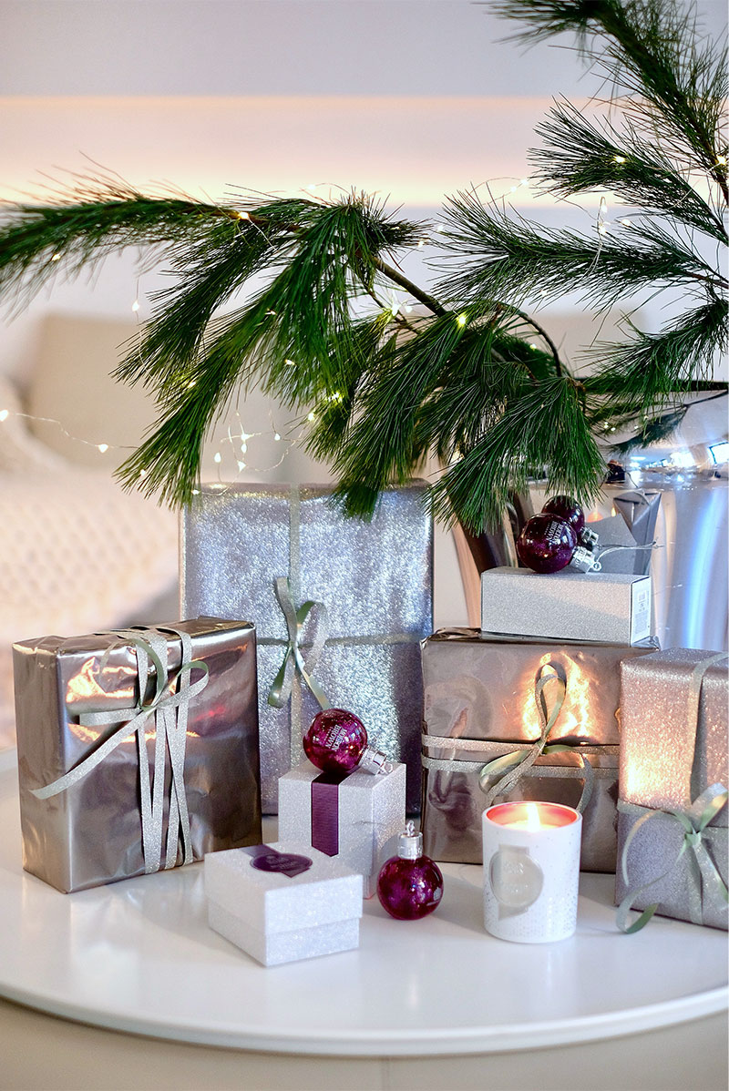 Molton Brown, Muddled Plum, Festive Bauble, wrapped gifts, Kieferzweige
