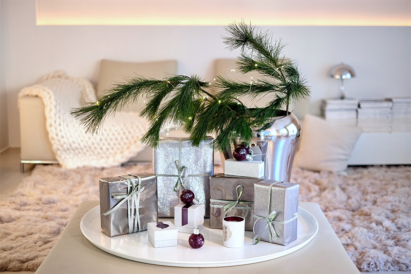 Molton Brown, Muddled Plum, Festive Bauble, wrapped gifts, Kieferzweige, living room, Christmas