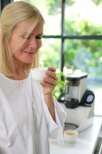 Frau, Teeschale, Teeautomat, Yoga, Temial, Achtsamkeit, Teafulness, Mindfulness, Lifehack