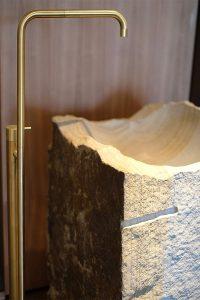 Waschtisch, Naturstein, Armatur, Messing, Fliesen, Trend, Blogbeitrag auf lifetimepieces.com