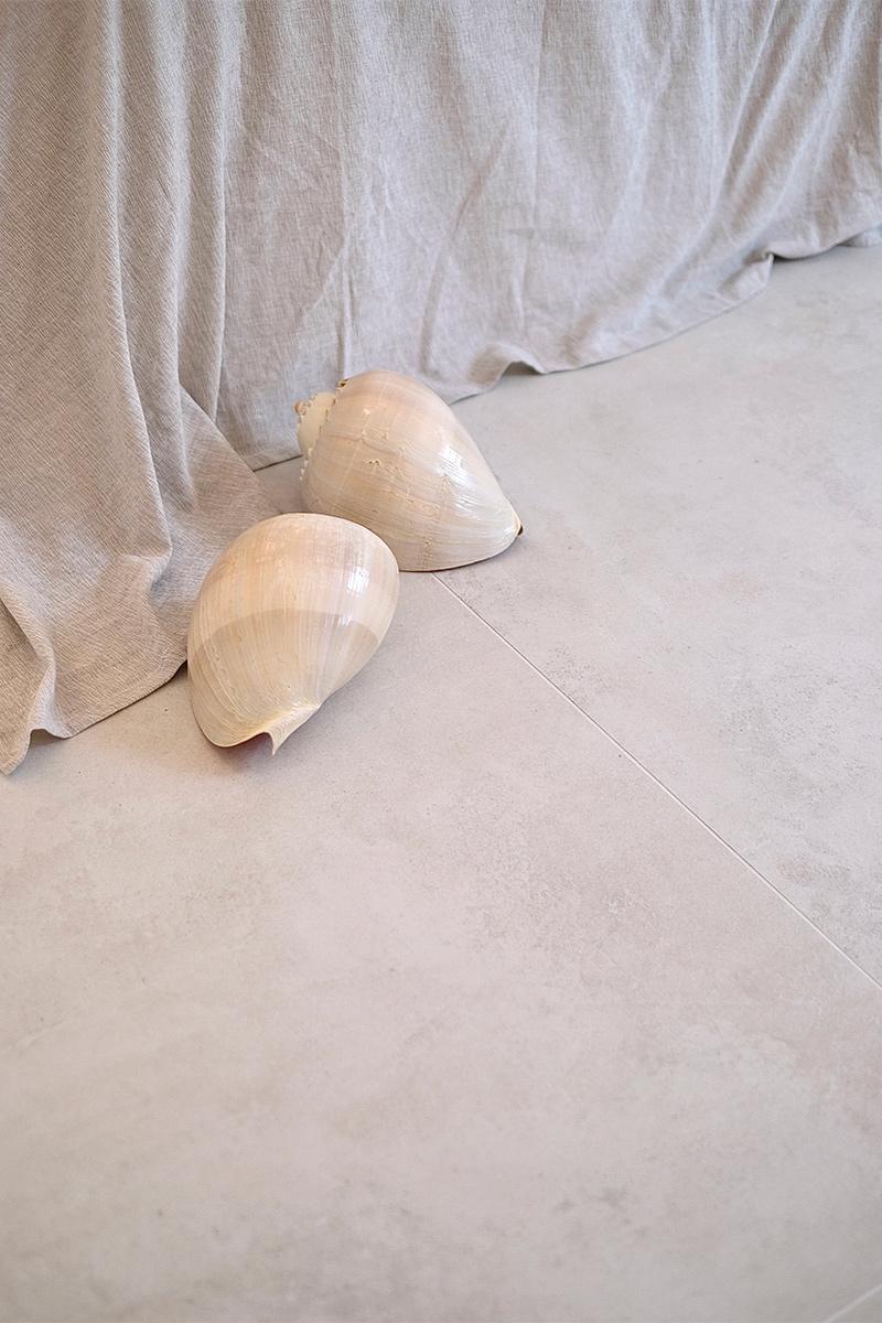 Schalfzimmer, XXL Fliesen, Natursteinoptik, Muscheln, Trend, Blogbeitrag auf lifetimepieces.com