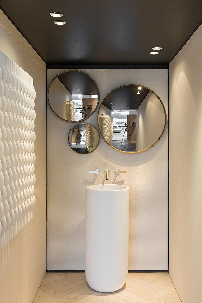 Badezimmer, Drei Spiegel, Messing, rund, Waschsäule, Armaturen, Fliesen in Holzoptik, Wandheizung, Trend, Blogbeitrag auf lifetimepieces.com