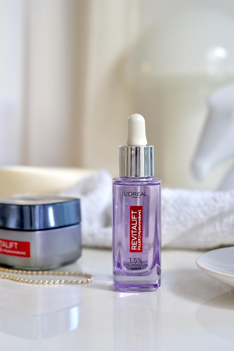 L'Oréal Revitalift Filler Anti-Falten Serum mit Hyaluronsäure steht neben eine Hautcreme auf dem Tisch. Interview über die top zehn Tipps für schöne Haut auf dem Blog lifetime-pieces.com