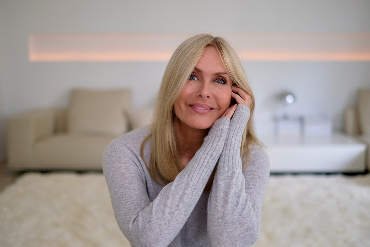 Blonde Frau in grauem Pullover, Bild aus dem Blogbeitrag auf lifetime-pieces.com über die größten Kosmetik Mythen, wie überflüssige Verpackung, Tierversuche und wie nötig Hautpflege überhaupt ist.