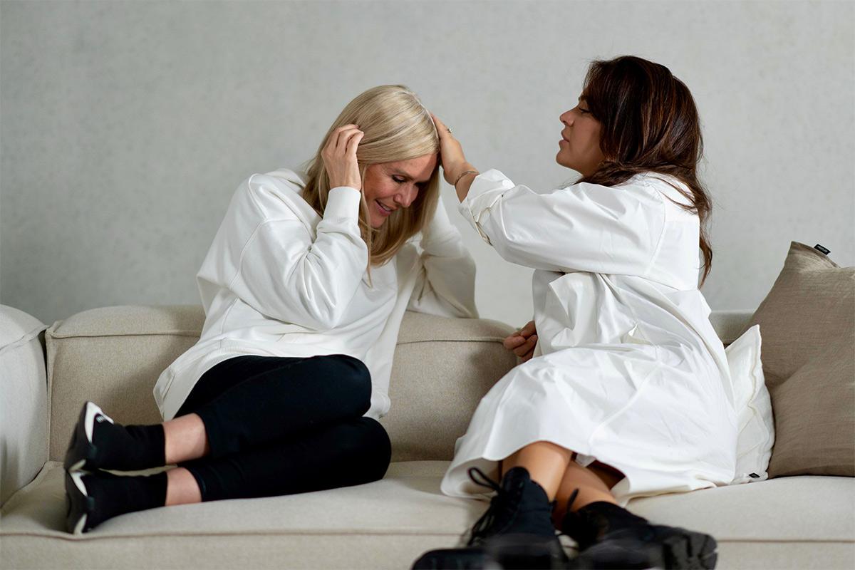 Zwei Frauen sitzen auf dem Sofa